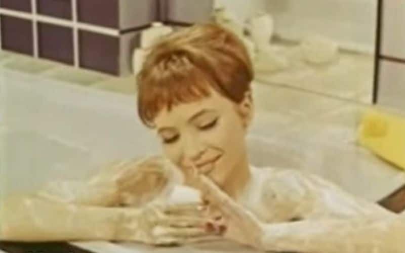 """Anna Karina în reclama la săpunul Palmolive. """"Il n'est pas comme les autres"""", spune ea în spotul publicitar."""