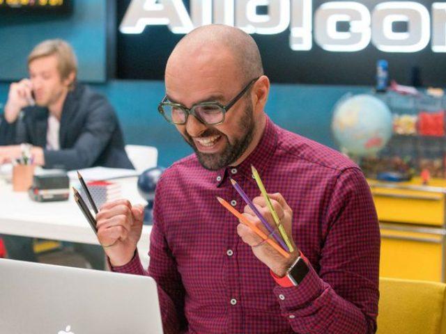"""Comedia """"Alibi.com"""": arta de a născoci alibiuri și de a cădea în plasa lor"""