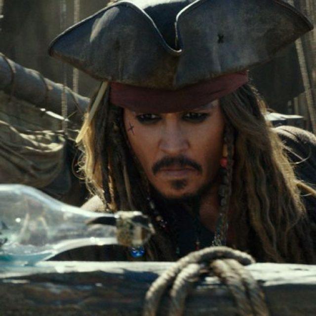 """Jack Sparrow (Johnny Depp) în filmul """"Pirații din Caraibe: Răzbunarea lui Salazar"""""""