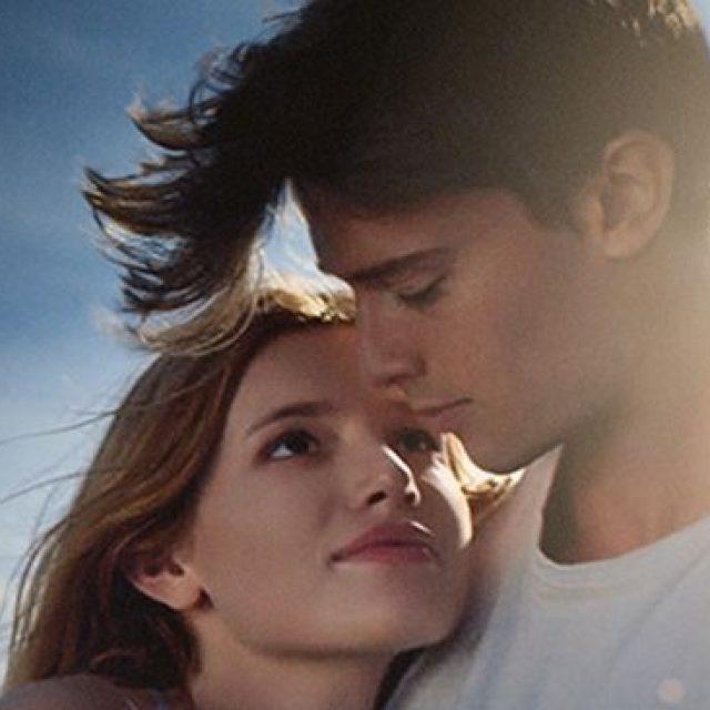 """""""Sub soarele nopții"""": deși are ca subiect o tânără cu o boală rară, nu e un film deprimant"""